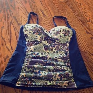 NWOT Beautiful blue and coral swim top size 16W